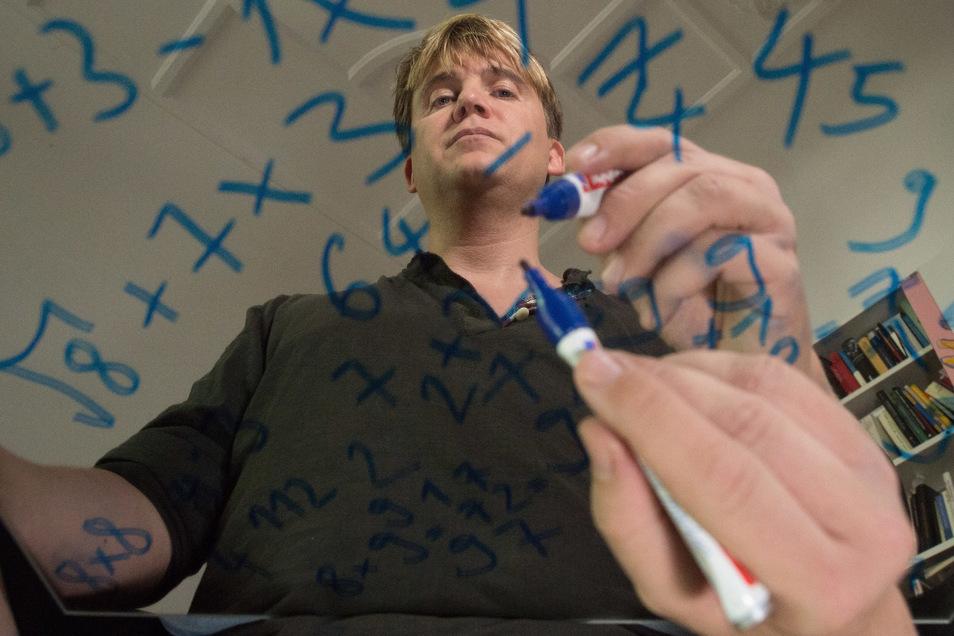 Wurzel? Quersumme? Wegen seiner magischen Zwangsgedanken absolviert Oliver Sechting teils komplizierte Rechen-Kunststücke, um seine Angstzahl 58 zu neutralisieren.