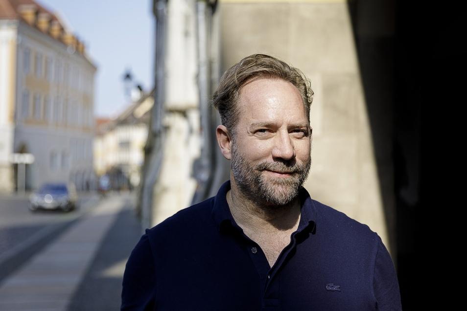 Michael Simon de Normier auf dem Görlitzer Untermarkt. Mit der Stadt ist der Filmproduzent seit über zehn Jahren verbunden.