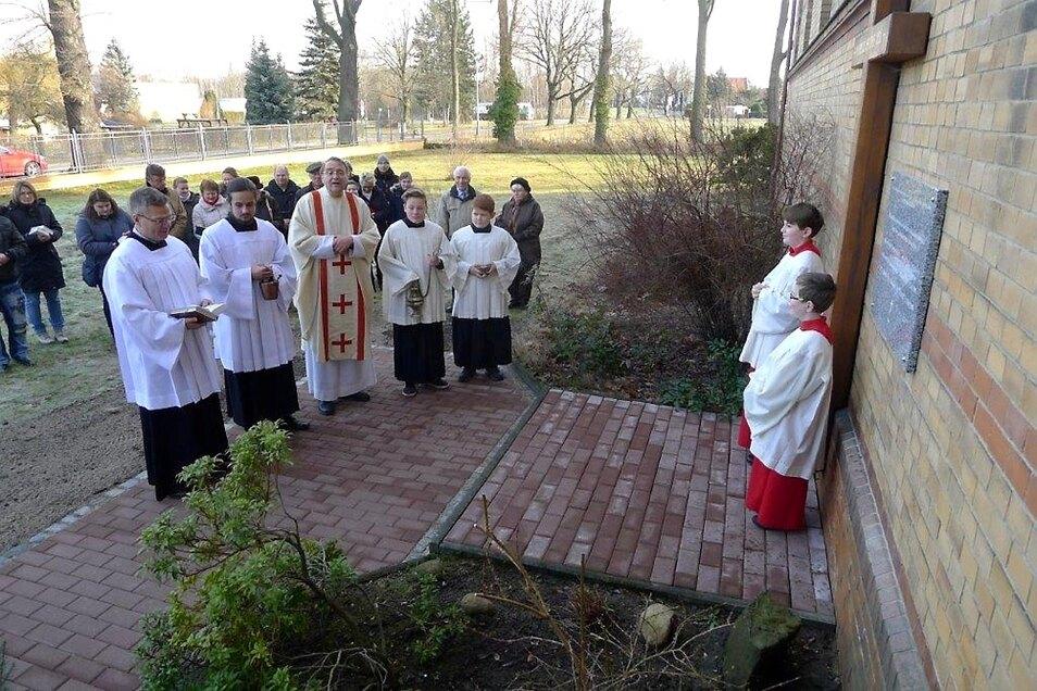 Die Tafel in Erinnerung an drei Pfarrer wurde Sonntag im Rahmen der Sonntagsmesse an der Katholischen Kirche feierlich eingeweiht.