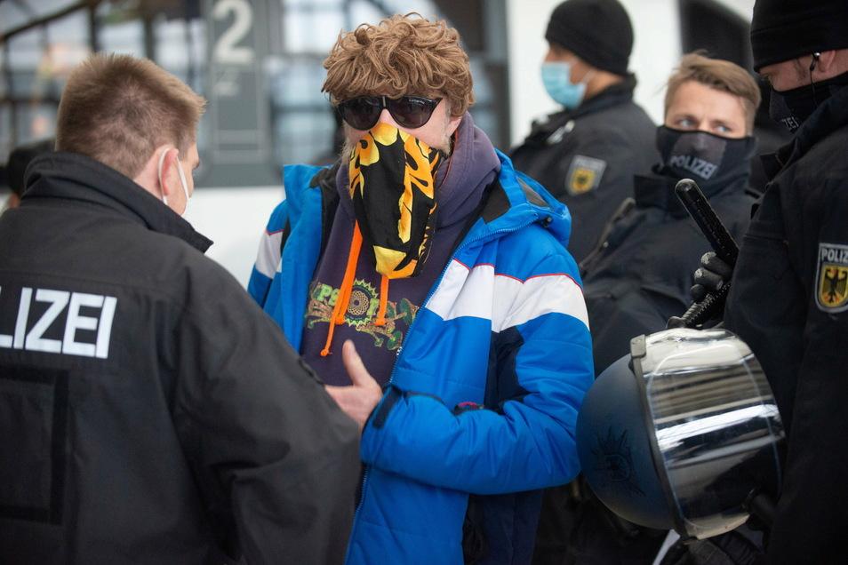 Richtige Maske, falsche Maske, richtiger Abstand, zu wenig Abstand? Am 12. Dezember 2020 hat die Polizei hunderte Ordnungswidrigkeitsverfahren festgestellt.