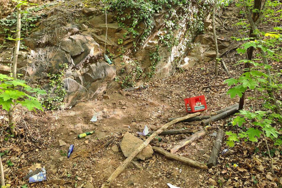 Oberhalb vom Augustusweg finden sich mehrere illegale Grillstellen mit leeren Bierflaschen und anderem Müll. Vor wenigen Tagen erst hatte es dort gebrannt.