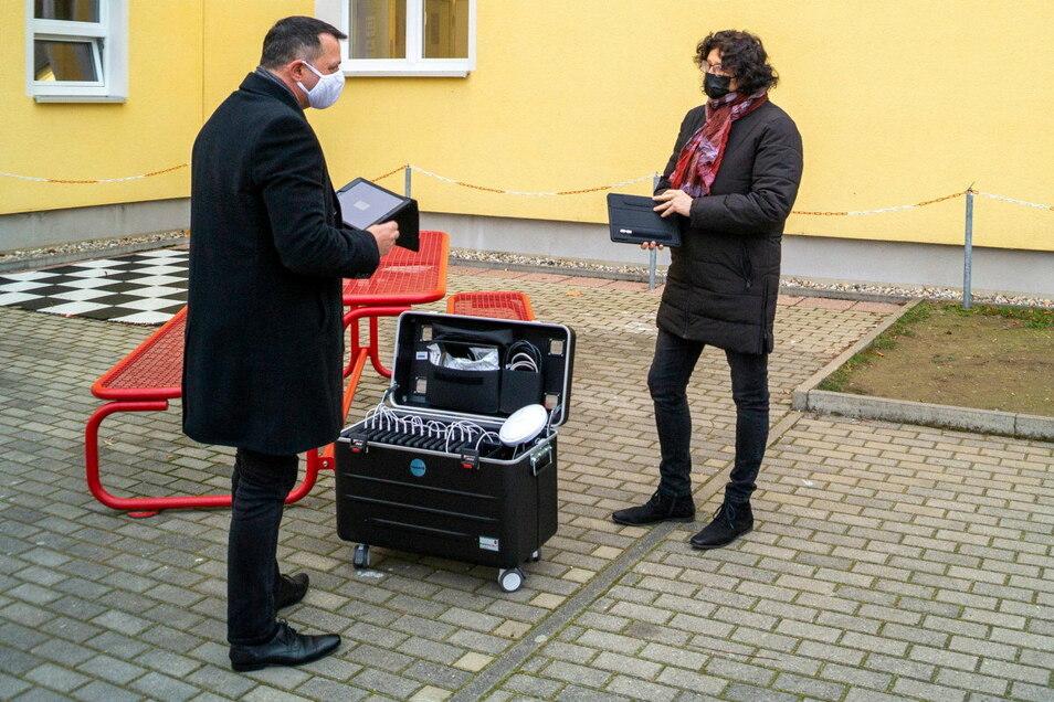16 Tablets inklusive Transportkoffer für das Laden und Synchronisieren übergab Vize-Landrat Udo Witschas am Donnerstag an die stellvertretende Leiterin der Oberschule Malschwitz, Martina Barsch.