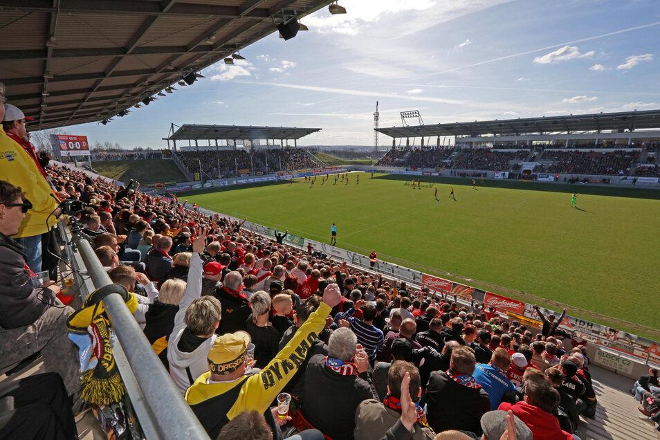 Gemeinsam feuern die Fans von Dynamo und des FSV ihre Mannschaften an - wie beim Benefizspiel vor 10.134 Zuschauern im März 2017 in Zwickau.