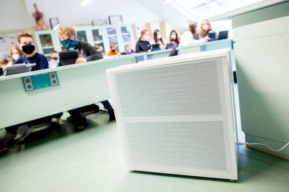 Ein Luftfiltergerät in einem Klassenzimmer. Für große Räume mit relativ vielen Menschen sind mit hocheffizienten HEPA-Filtern bestückte Geräte vonnöten.