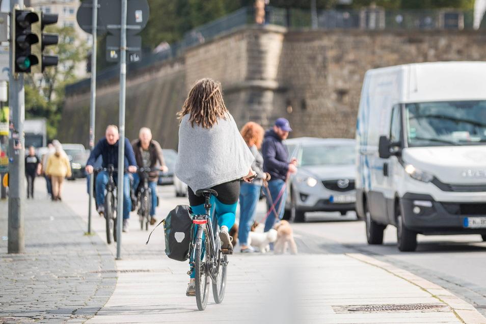 Dass nicht alle den neuen Radstreifen am Terrassenufer nutzen, sondern auch weiterhin auf dem elbseitigen Geh- und Radweg fahren, war gestern häufig zu beobachten. Die Polizei ist jedoch über den neuen Streifen informiert und wird auch kontrollieren.