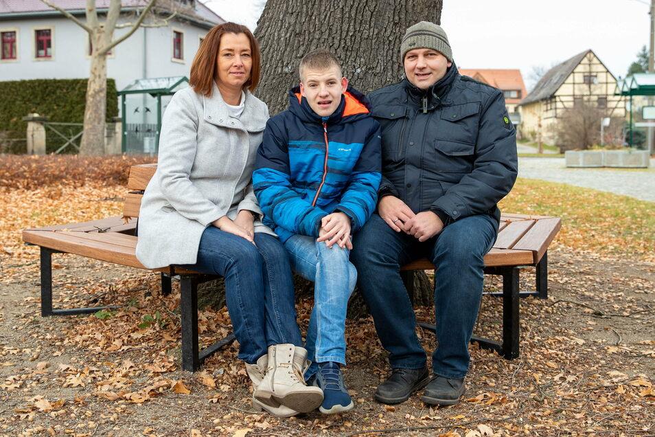Anke (l.) und Andreas Funk (r.) mit Sohn Sebastian in Pratzschwitz: Er ist ein sehr aufgeschlossener und kontaktfreudiger Junge.