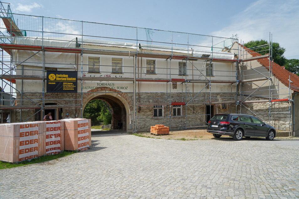 Der Dachstuhl des Torhauses musste komplett entfernt und neu aufgebaut werden. In der kommenden Woche wird er geliefert.