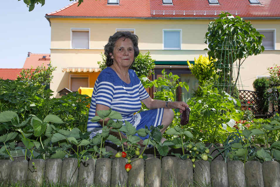 Inge Kallies in ihrem Garten hinterm Haus in Zittau-Süd.