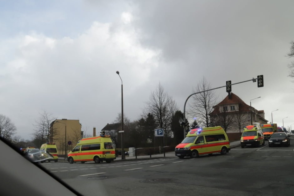 Diese Rettungseinsatzwagen waren in Görlitz an der Kreuzung am Klinikum unterwegs.