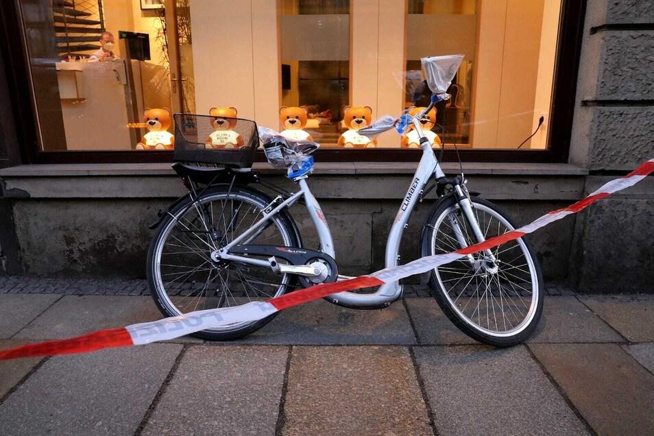 Mit diesem Fahrrad wollte der Täter fliehen, ein Imbiss-Mitarbeiter konnte ihn allerdings festhalten. Neben dem Rad ließ der Mann bei seiner Flucht auch seinen Rucksack samt Ausweis zurück.