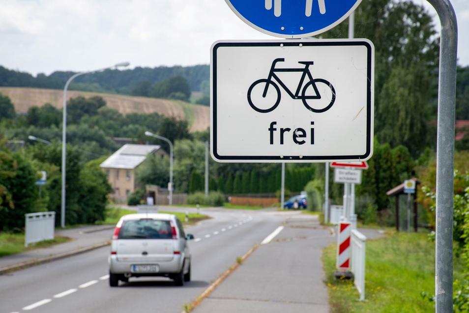 In der Ortslage Gebersbach können die Radler noch auf dem kombinierten Rad-/Fußweg fahren. Nach dem Ortsausgangsschild endet dieser Weg jedoch und Radfahrer müssen auf der kurvenreichen Staatsstraße fahren.