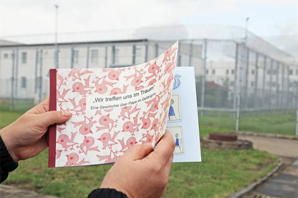 """Buch für Kinder Das Buch """"Wir treffen uns im Traum – Eine Geschichte über Papa im Gefängnis"""" führte in den vergangenen Jahren die Bestseller-Liste an. Das Buch kostet 3,40 Euro und soll Angehörige von inhaftierten Vätern unterstützen, es entstand in der JVA Leipzig, wird in der JVA Waldheim gedruckt."""