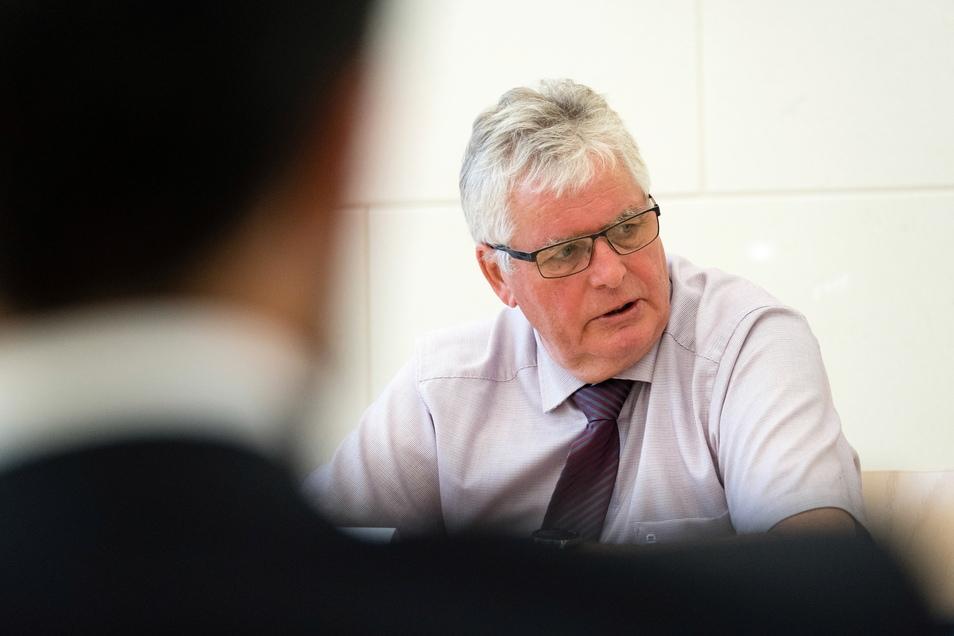Der Görlitzer Landrats Bernd Lange (CDU) am Montag während einer Pressekonferenz.