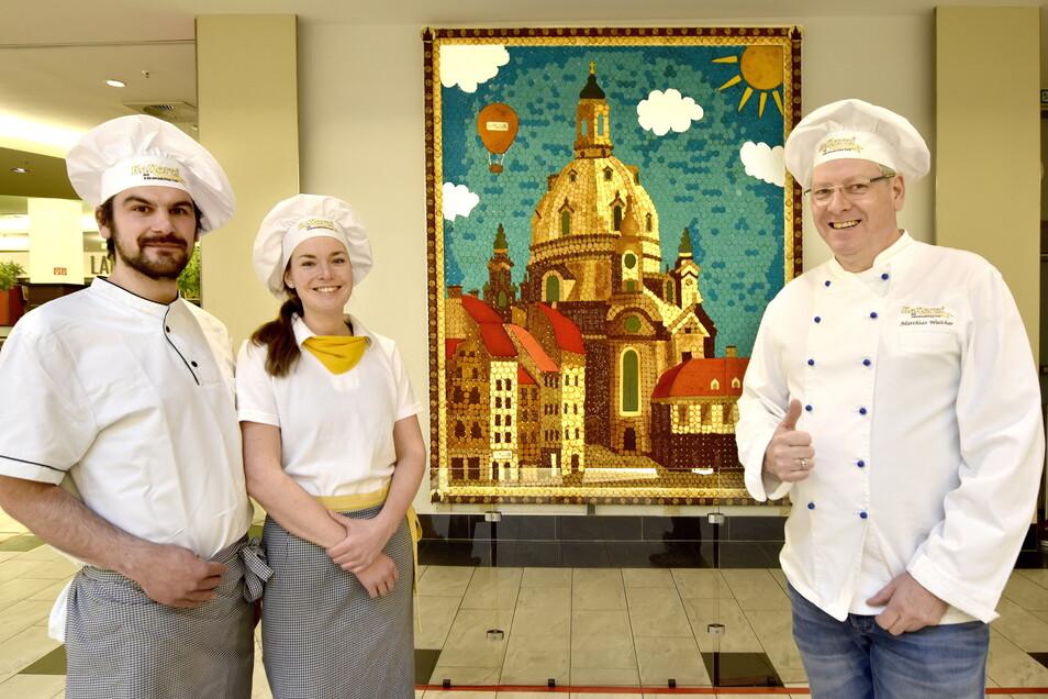 Wandbild mit Keks: Bäckermeister Matthias Walther (rechts) hat mit seinen Kollegen Oliver Groß und Susann Riedel gebastelt.