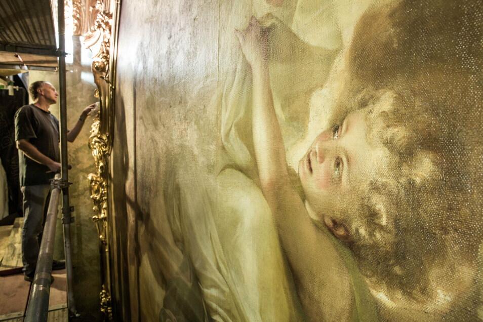 Während der Instandsetzung der Decke des Hauptschiffs hatte Diplom-Restaurator Mathias Steude im Oktober den vergoldeten Rahmen des Gemäldes über den Hochaltar gereinigt.