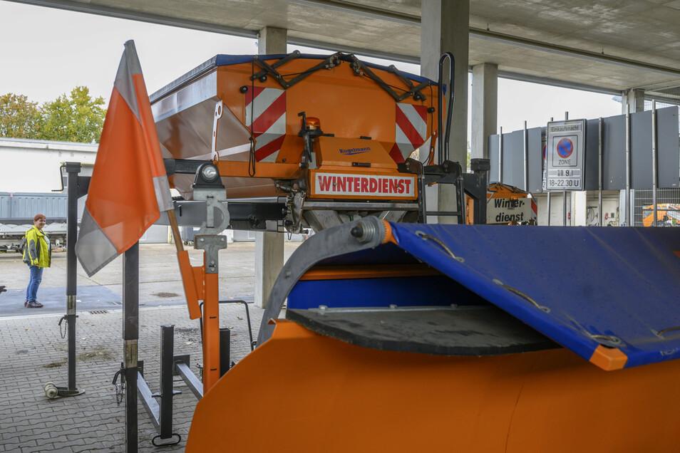 Der Blick auf den Großenhainer Bauhof beweist es: Der Winterdienst ist abgesichert, in der Halle stehen Schiebeschilde und Streuaufsätze für die Lkw.