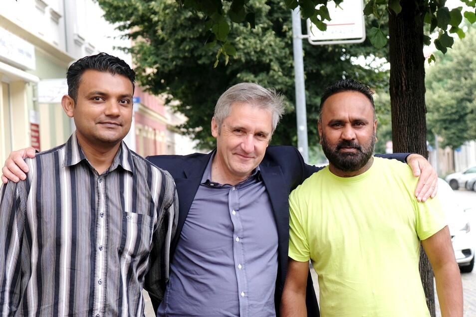 Der SPD-Landtagsabgeordneter und DDR-Bürgerrechtler Frank Richter möchte die beiden Asylbewerber, Faisal Jahangir (rechts) und Khurrm Gill adoptieren.