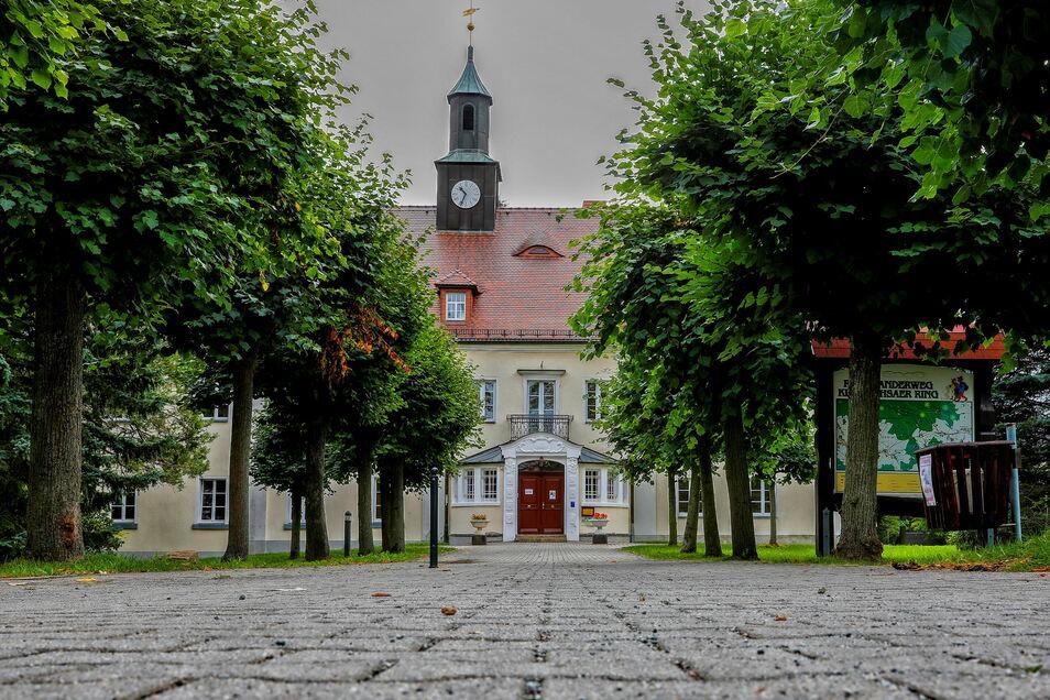 Das ehemalige Schloss in Kleindehsa ist heute Grundschule. Im oberen Stockwerk befindet sich der Hort.