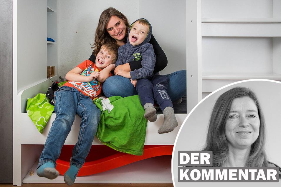 Maria Weigel und ihre beiden Söhne haben ein Bett von der Stiftung Lichtblick bekommen.