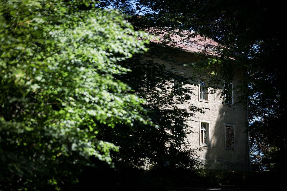 Versteckt liegt der Luisenhof in einem Waldstück bei Liegau-Augutusbad. Die Eigentümer wollen das Areal verkaufen.