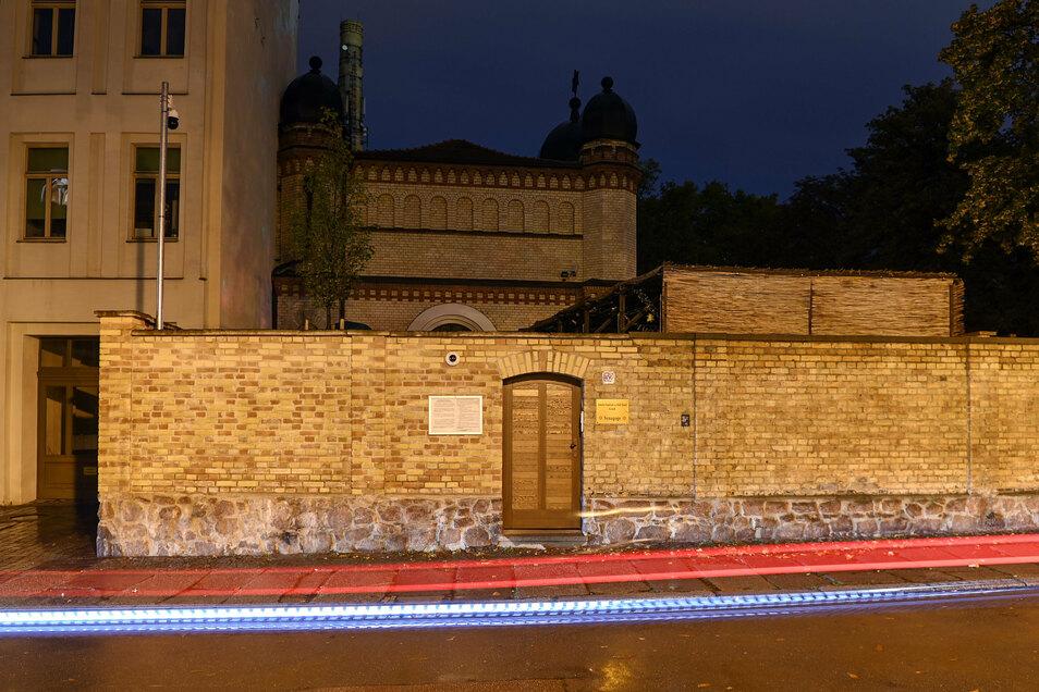 Am 09. Oktober 2019 hatte ein schwer bewaffneter Rechtsextremist versucht, die Synagoge zu stürmen und ein Massaker unter 52 Besuchern anzurichten. Als ihm das nicht gelang, erschoss er eine Passantin vor dem Gotteshaus und in einem nahen Dönerimbiss eine