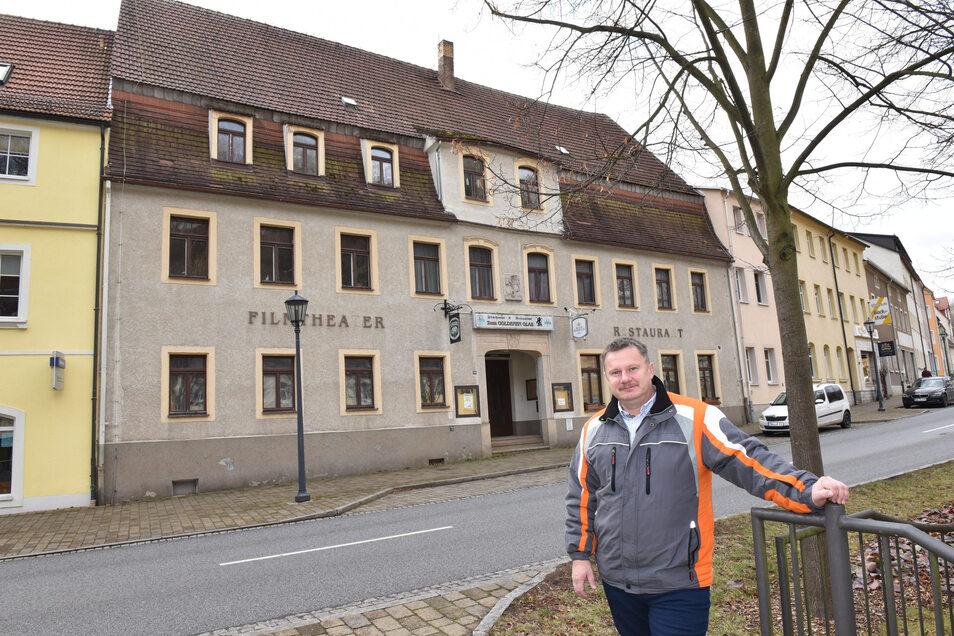 Stadtrat Maik Lehmann vor der ehemaligen Gaststätte Goldenes Glas in Glashütte