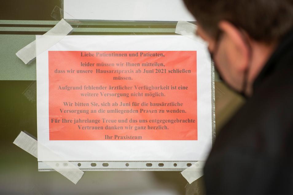 Ankündigung der Schließung der Praxis in der Siedlerstraße 1 in Coswig.