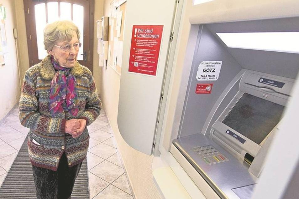 Der vertraute Gang zum Sparkassenautomaten ist für Sieglinde Adler bald vorbei. Bereits Anfang des Jahres schloss die Filiale der Erzgebirgssparkasse in Jöhstadt. Nun soll auch noch der Geldautomat verschwinden.