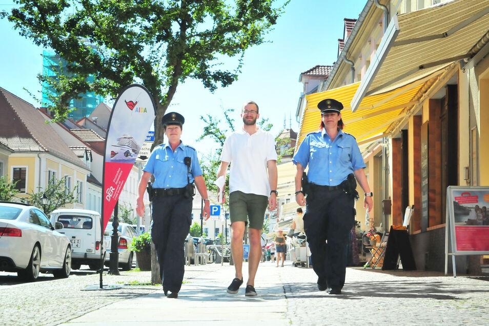 Ein gutes Team: Polizeihauptmeisterin Ilona Windisch und Polizeihauptmeisterin Anja Zimmer (v.li.) unterstützen den Vollzugsbediensteten der Stadt, Marcel Messerschmidt, bei Streifengängen durch Großenhain.
