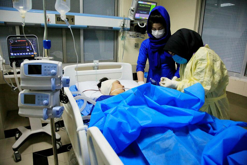 Ein Opfer des IS-Anschlags wird im Krankenhaus behandelt.