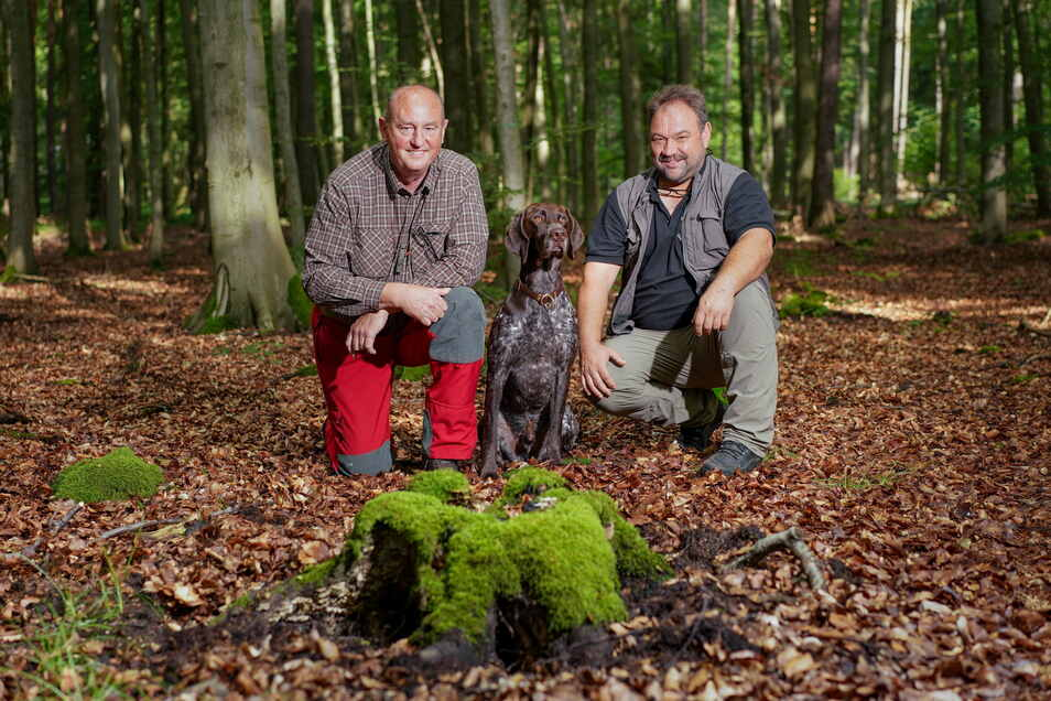 Jäger Reiner Seidel (li.) nimmt mit seinem Hund Einar Karlsonson, ein Deutscher Kurzhaar, an der Ausbildung zum Suchhund teil. Andreas Kiefer ist Diensthundelehrwart Bundespolizei Koblenz. Er leitet den Kurs.