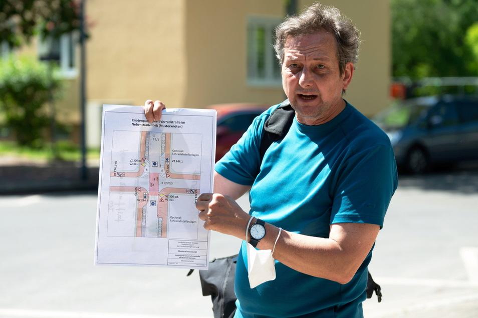 Verkehrsplaner Dirk Bräuer zeigt, wie die Kreuzungen auf der Fahrradstraße künftig gestaltet sein werden. Der Radweg wird rot markiert, die Straßen durch breitere Gehwege eingeengt.