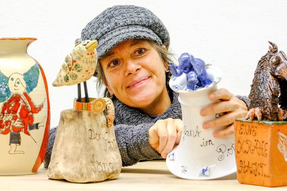 Die Radebeuler Keramikerin Ines Hoferick zeigt ihre Skulpturen, die sie für den Manufakturen-Zauber gemacht hat. Nun sucht sie nach anderen Verkaufsmöglichkeiten.