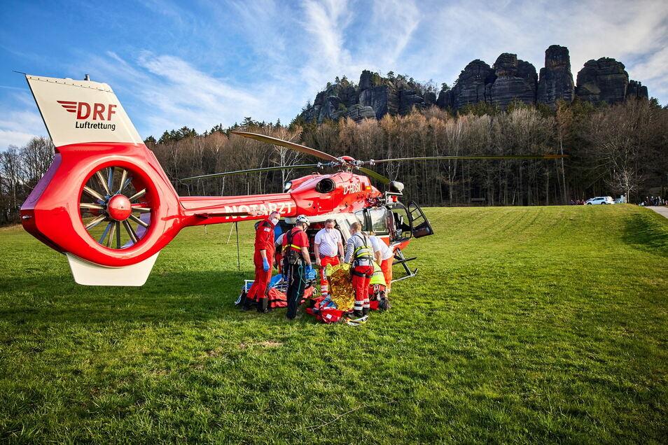 Christoph 62 nimmt einen verletzten Kletterer in der Sächsischen Schweiz auf. Könnte der Flug statt zur Dresdner Uniklinik künftig auch nach Pirna führen?