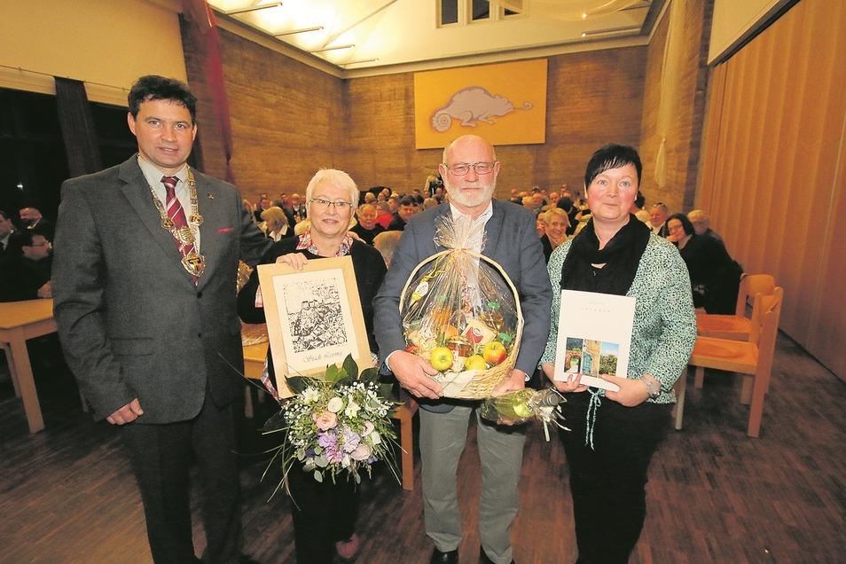 Rita und Klaus-Dieter Reißmann (Mitte) gehörten zu denjenigen, die Leisnigs Bürgermeister Tobias Goth am Freitagabend beim Neujahrsempfang stellvertretend für viele Ehrenamtliche geehrt hat. Die Laudatio hielt Bibliotheksleiterin Kerstin Otto.