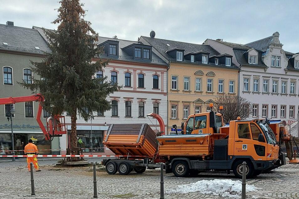 Mitarbeiter des städtischen Bauhofs haben am Donnerstag den Weihnachtbaum abgebaut.