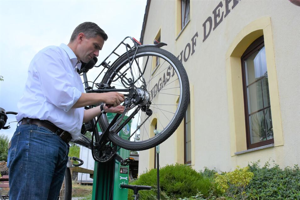 Am Landgasthof Dehnitz bei Wurzen steht nun eine Fahrrad-Reparaturstation. Sachsens Verkehrsminister Martin Dulig hat sie schon ausprobiert.