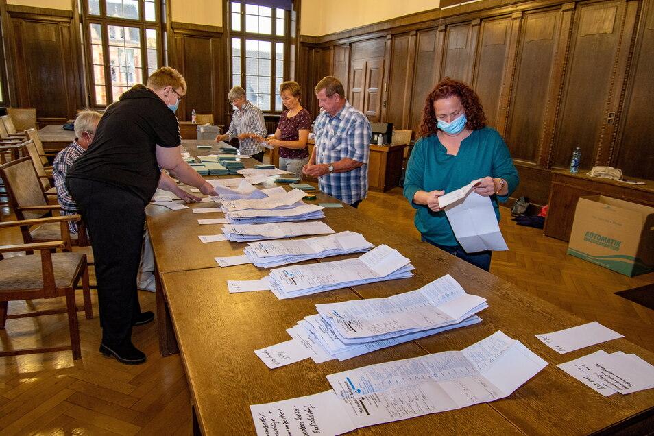 Im großen Sitzungssaal im Döbelner Rathaus befand sich eines von sechs Wahllokalen, in denen die Stimmen der Briefwahl ausgezählt wurden.