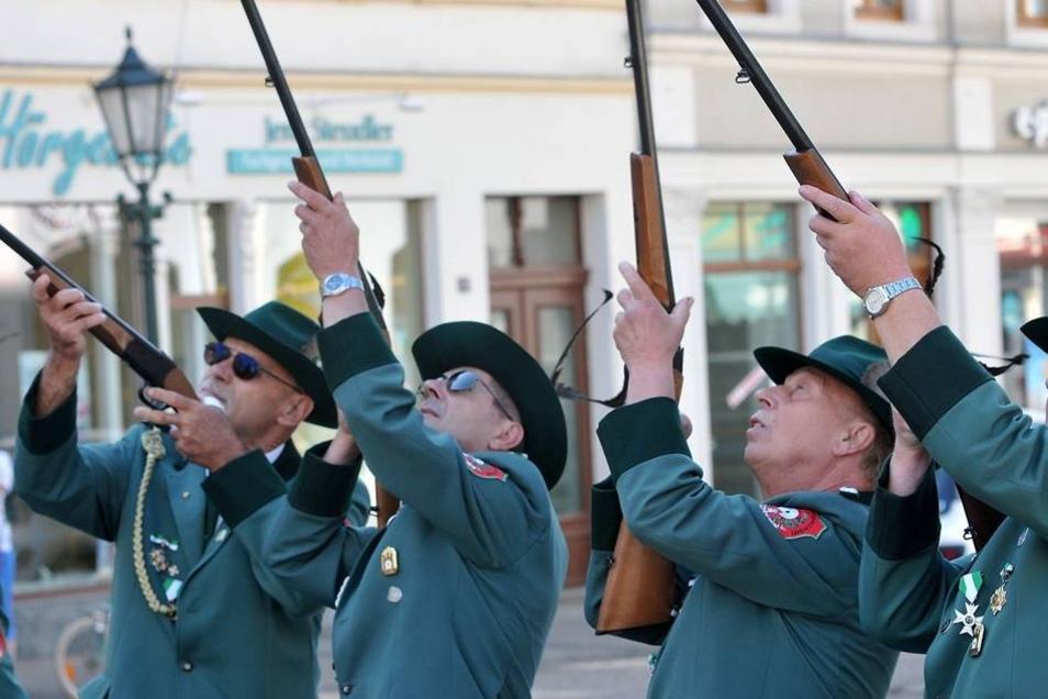 Anlässlich des Turmfestes haben die Mitglieder der Privilegierten Schützengesellschaft zu Löbau auf dem Marktplatz ein Salutschießen veranstaltet.