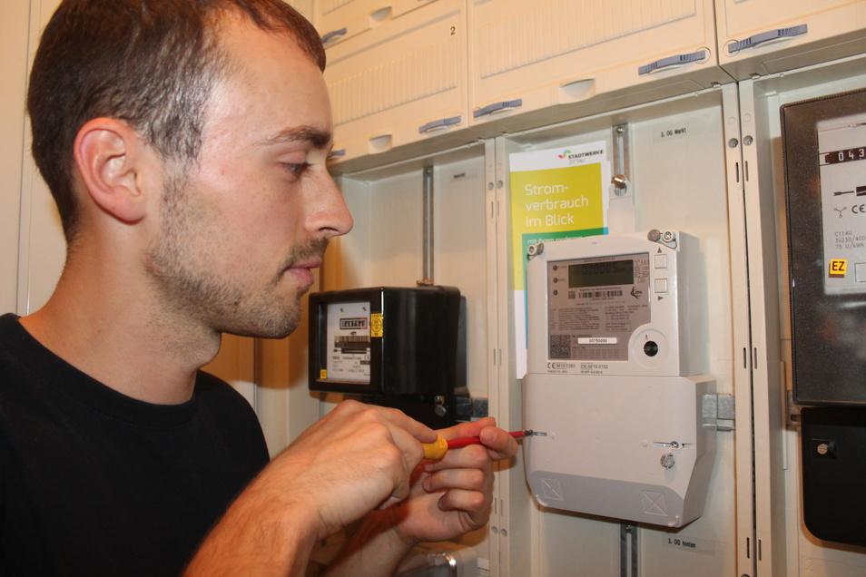 Taki Burghardt, Mitarbeiter der Stadtwerke Zittau, baut einen neuen Stromzähler im Gebäude Markt 5 in Zittau ein.