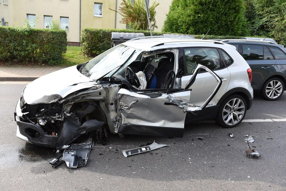 Der VW streifte bei einem Unfall in Döbeln einen Laster seitlich und wurde dabei stark beschädigt. Er musste abgeschleppt werden.