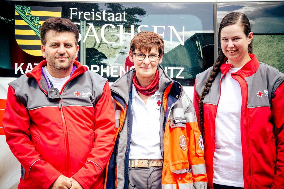 Khaled von der Psychosozialen Notfallversorgung vom Roten Kreuz Zittau mit seiner Teamleiterin Sabine Ridder und Raphaela.