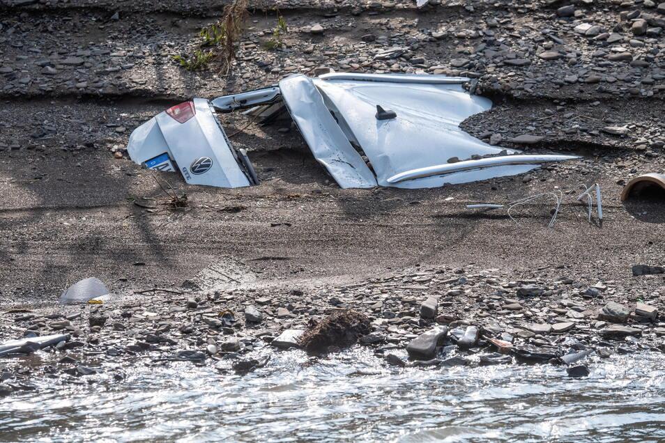 Ein Auto wurde von der Flutwelle mitgerissen und steckt in der Uferböschung der Ahr.