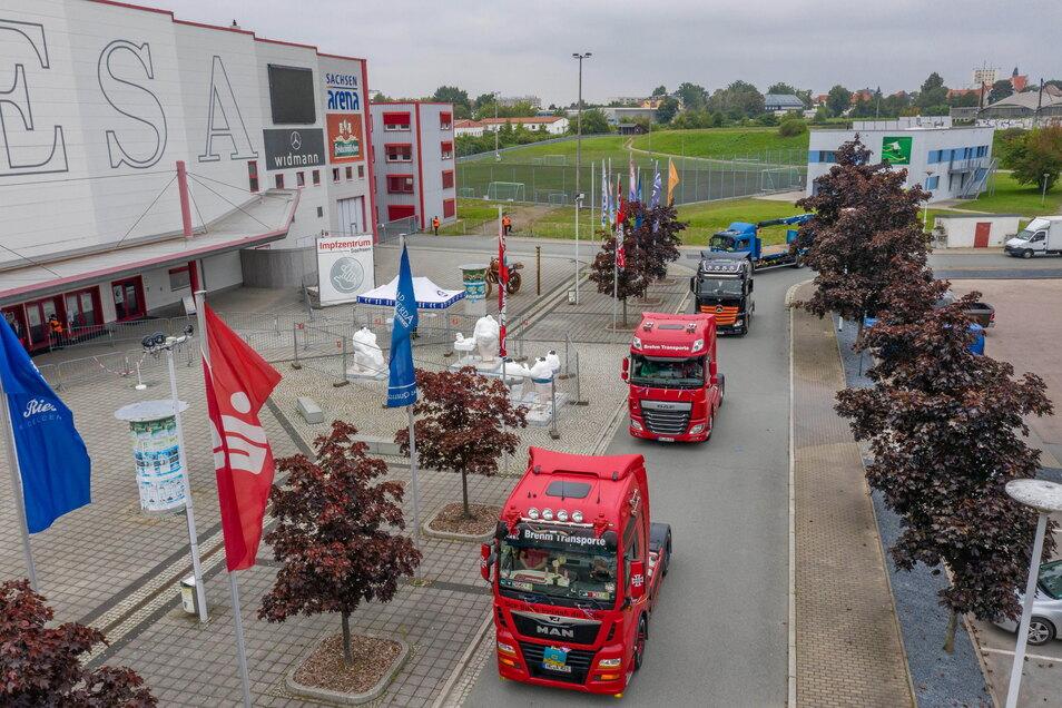 Die Trucks rollen auf dem Areal vor der Riesaer Sachsenarena ein.