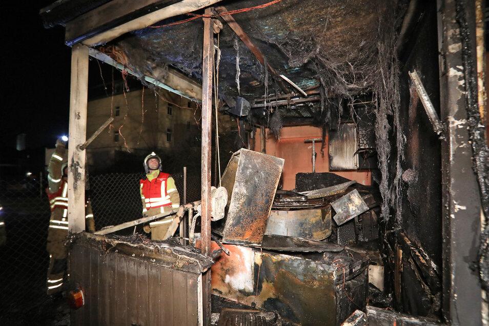 Feuerwehrmänner verhinderten, dass die Flammen auf das Haus übergriffen, den Imbisswagen konnten sie nicht mehr retten.