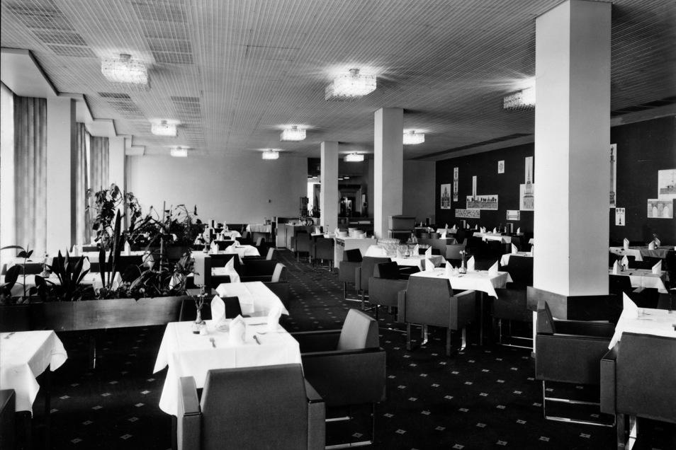 """""""Spezialitäten aus Freundesland"""": Blick ins Restaurant Leningrad. Postkarte von 1975"""