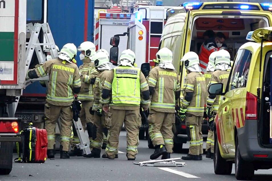 Auf der A4 verlor am Donnerstag der Fahrer eines Sattelzuges die Kontrolle über sein Fahrzeug. Er kam ins Krankenhaus.
