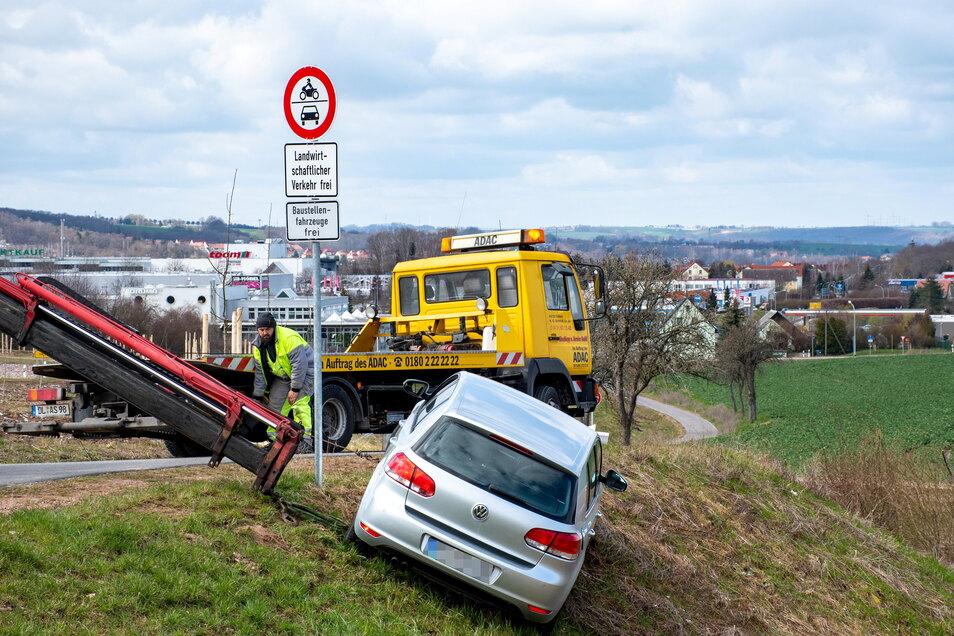 """Zwei """"Gelbe Engel"""" haben in Döbeln Ost einen VW vor dem Absturz bewahrt."""