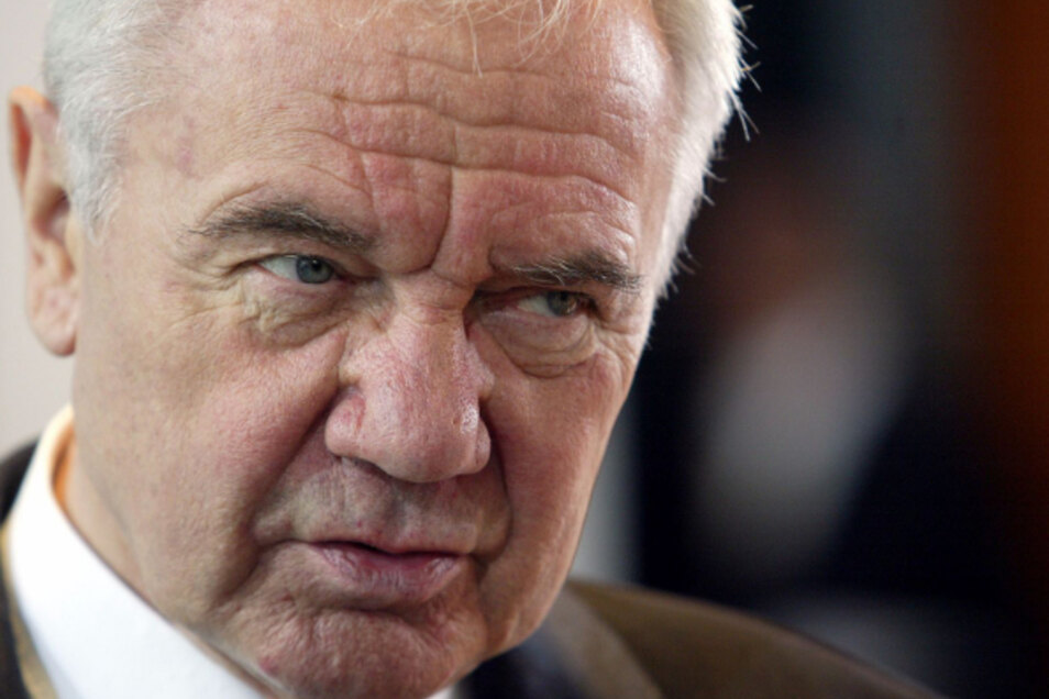 """""""Wir werden die Straße bauen. Aber ich traue mich nicht, eine Jahreszahl zu sagen."""" -Bundesverkehrsminister Manfred Stolpe (2002 bis 2005) nach der Unterzeichnung des Drei-Länder-Straßenvertrags."""