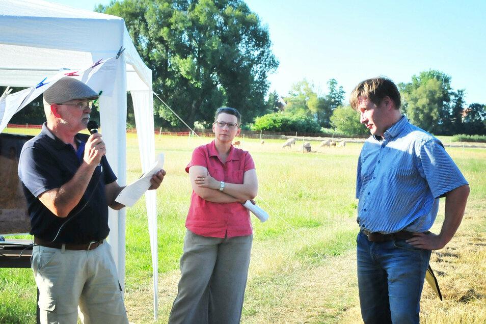 Großenhains Oberbürgermeister Sven Mißbach (rechts) hörte sich am Donnerstag geduldig die Probleme der Wildenhainer an.